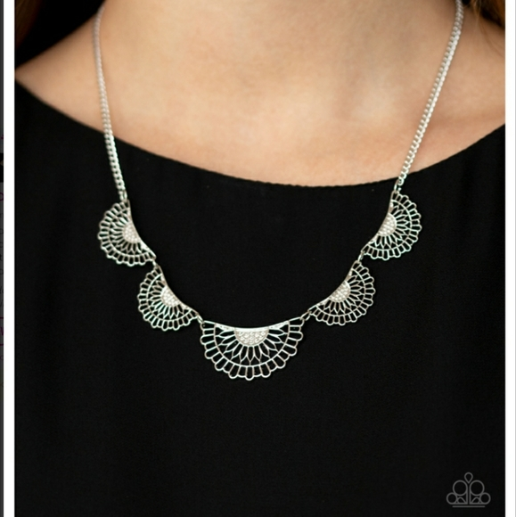 paparazzi Jewelry - Fanned Out Fashion Necklace